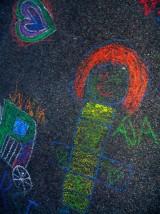 Barevné obrázky na asfaltě