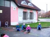 Děti kreslí na asfalt křídami